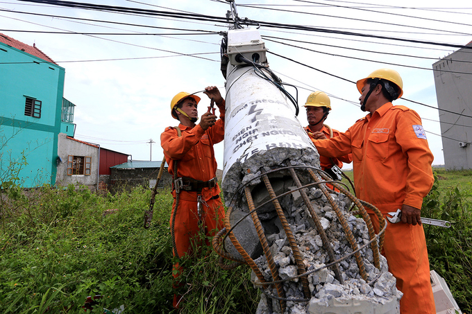 Cột điện bị đổ