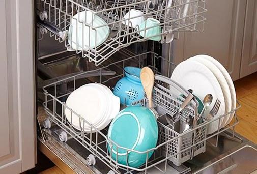 Dùng máy rửa bát