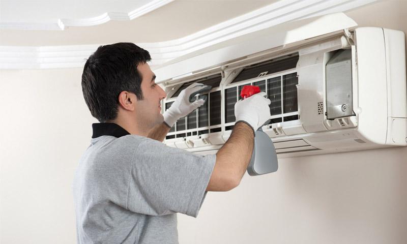 Vệ sinh máy lạnh thường xuyên để tiết kiệm điện